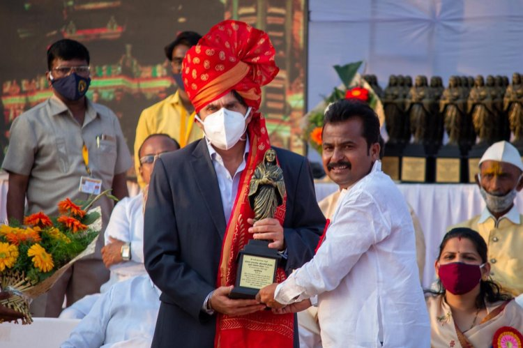 Group CEO Of Indiana Group, Prashant Hingorani felicitated in the presence of Sharad Pawar for the Supply of Essentials During the Pandemic